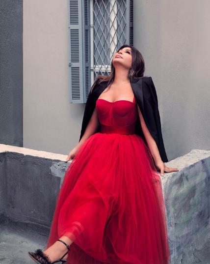 اليسا  أنيقة بفستان أحمر