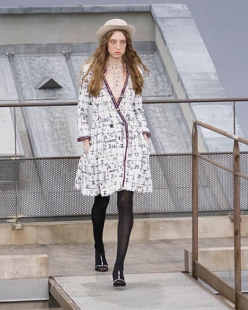 شانيل تجسّد لك صيحات 2020 بأزياء تنبض أنوثة-16