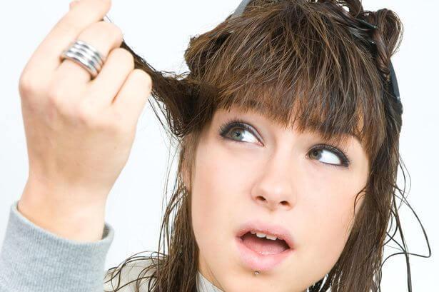تعلّمي كيفيّة قص شعرك في المنزل مع نصائح مصففي الشعر