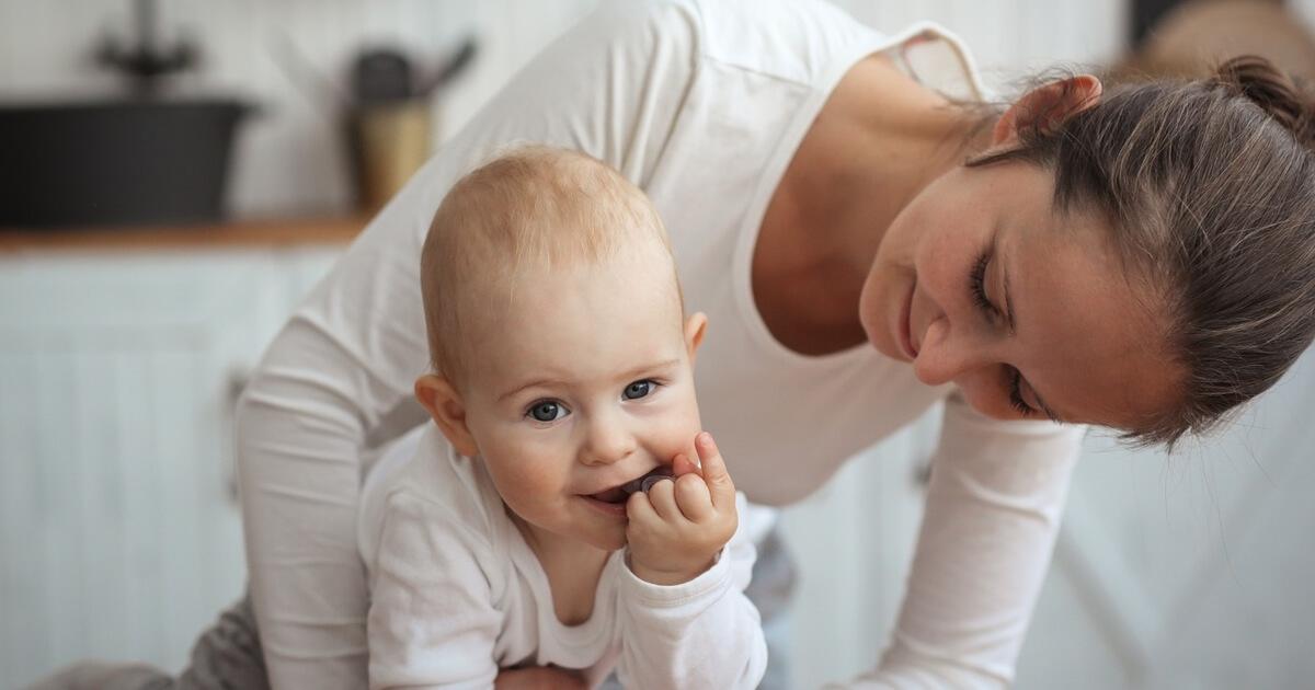 خفّفي عن طفلك خلال فترة التسنين من خلال بعض الطرق المجرّبة