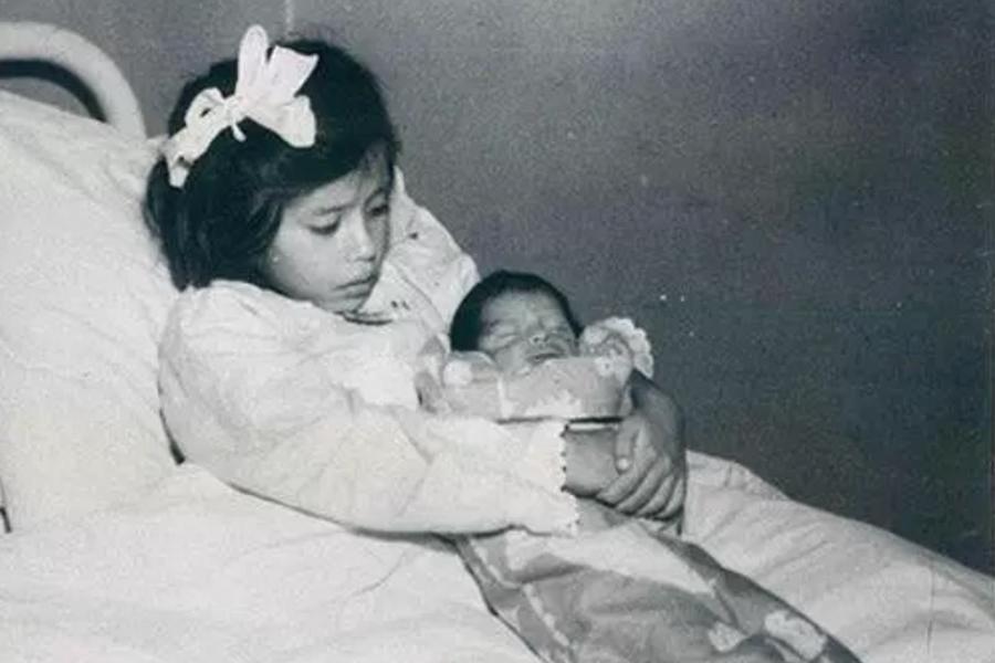 أصغر أم في التاريخ… رُزقت بطفل بعمر الخمس سنوات!