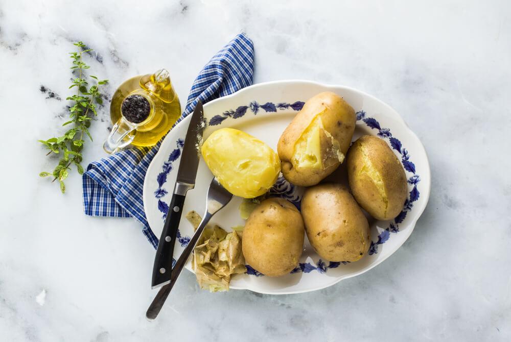 هل البطاطس المسلوق يسمن أم العكس