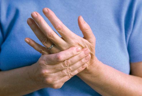 لماذا أشعر بألم في اليد اليسرى؟