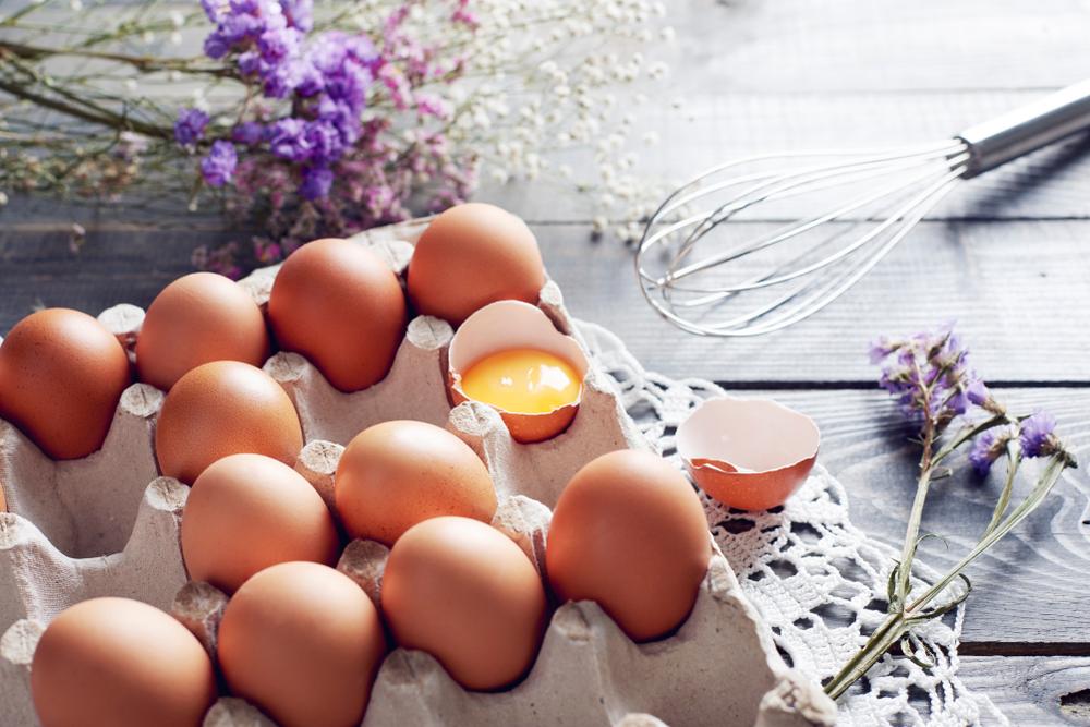 هل البيض بالفعل صحيّ، أم يجب أن تتناولي زلال البيض بدلاً من ذلك؟