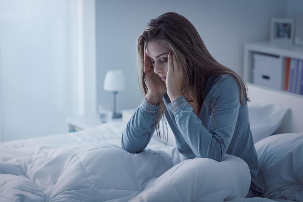 اسباب الاستيقاظ من النوم فجأة في علم النفس وحلها