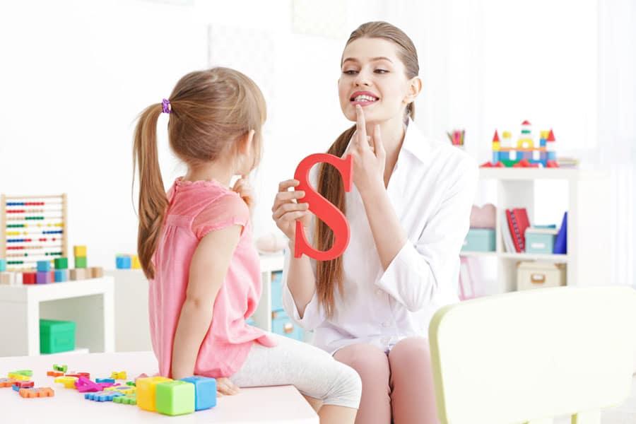 طفلك يعاني من تأخر الكلام؟ طرق تشجيعية لتعليمه النطق الصحيح