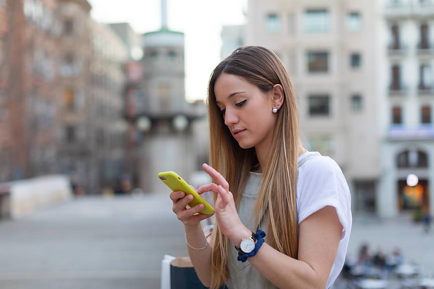 بين الإهتمام و اللامبالاة.. ما مقدار الوقت الأنسب ليرد الشريك على رسائلكِ؟