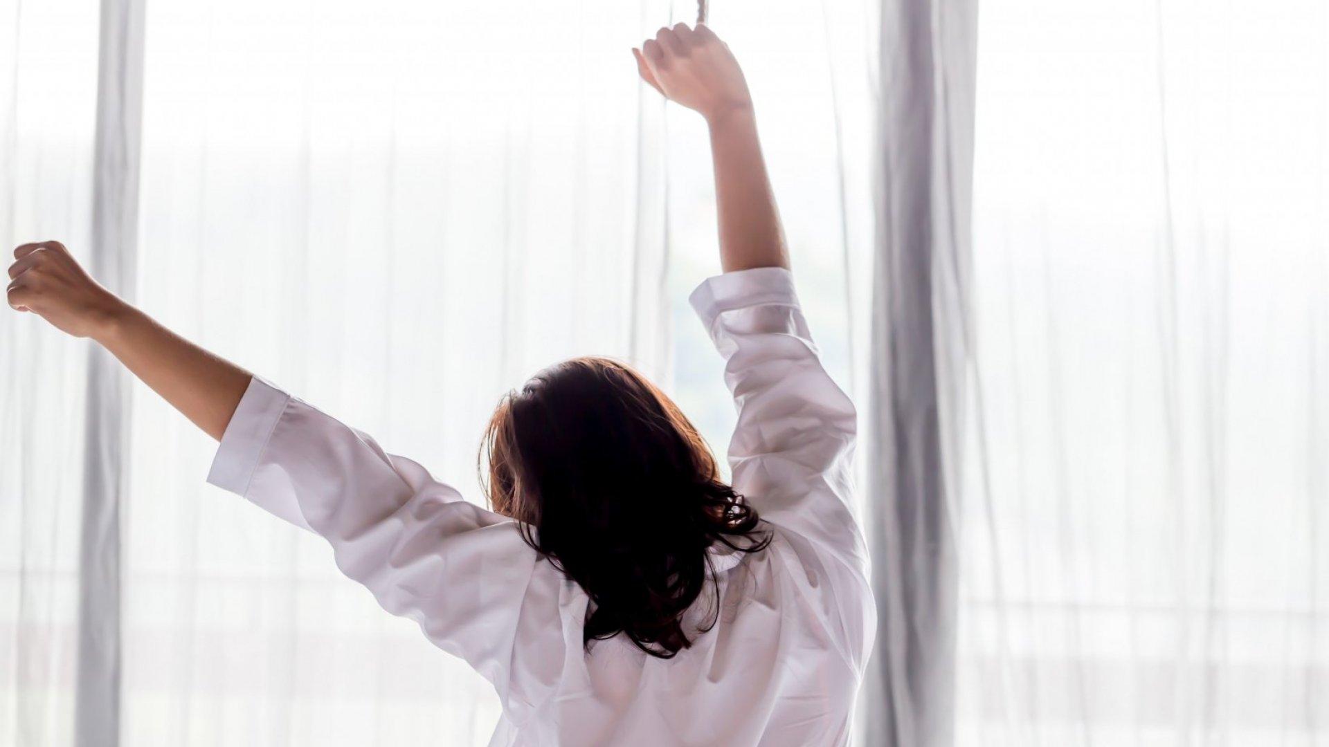 من مراسلة الحبيب إلى المنبّه.. عادات صباحية سيئة تجنّبيها ليومٍ أفضل