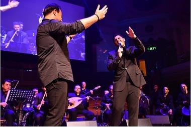 `بالصور` الوليد الحلاني يشارك والده عاصي الحلاني الغناء بحفلته في لندن