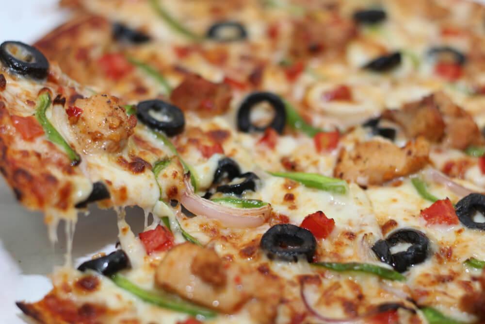 طريقة عمل البيتزا بالدجاج والخضار