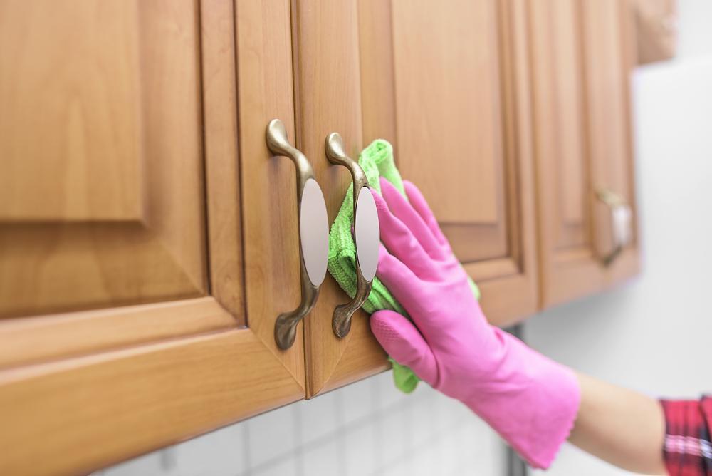 نصائح لتنظيف الدهون والزيوت عن خزائن مطبخك الخشبية