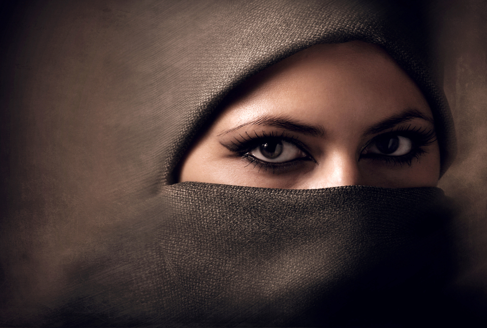 لغة العيون: سرّ جمال المرأة وشخصيتها