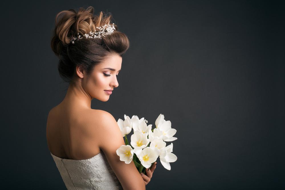 أي تسريحة زفاف تناسبك؟