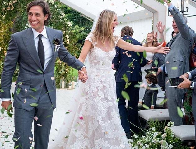 إطلالتان متناقضتان لغوينيث بالترو يوم زفافها!