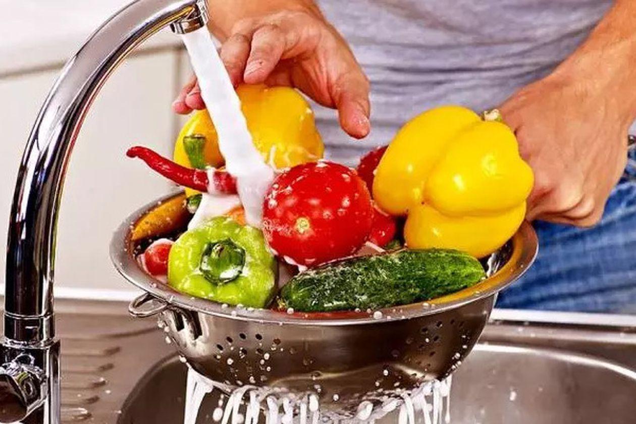 خطورة غسل الخضروات والفواكه بالصابون